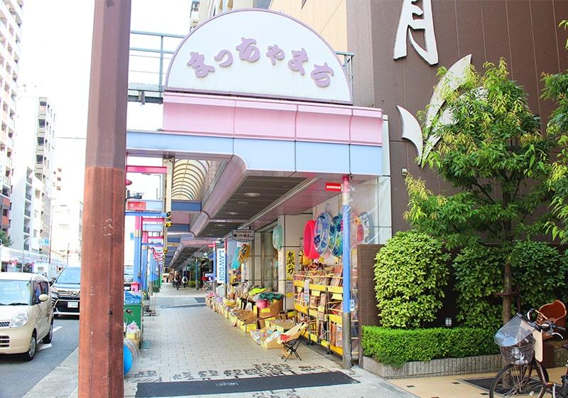 玩具や人形の問屋が並ぶ松屋町筋商店街