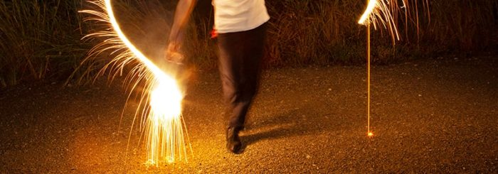花火を振り回すと危険