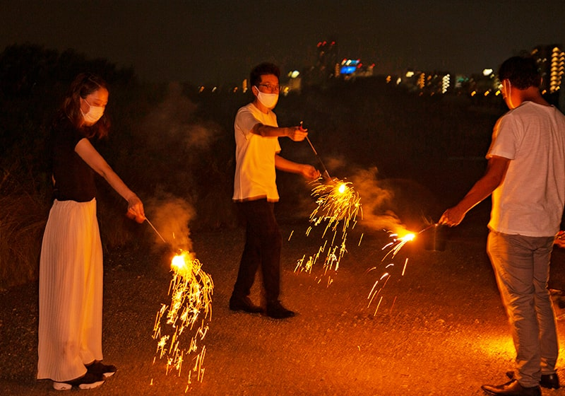 友だちと一緒に楽しむ花火