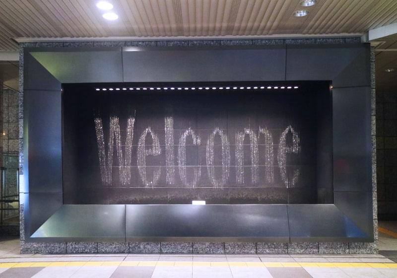 Welcomeの文字を水で表現する水の時計