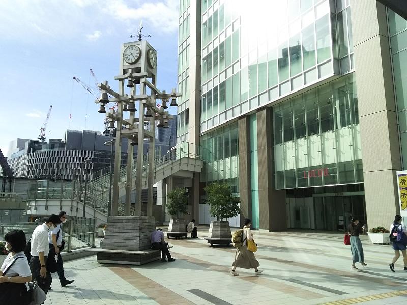 阪急の大阪梅田駅とJR大阪駅の中間にあるカリヨン広場