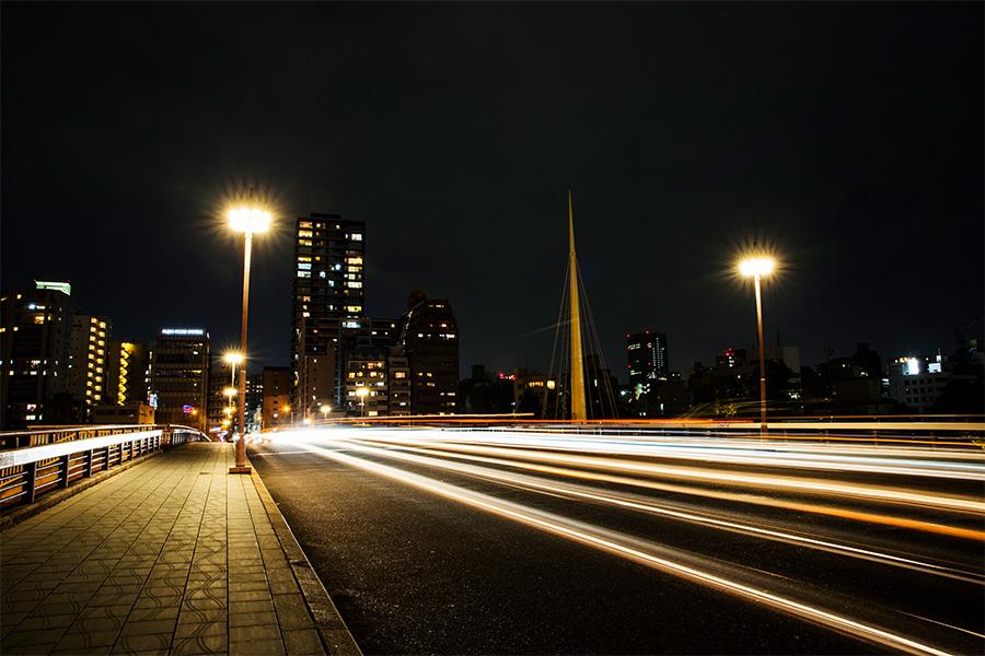 長時間露光で撮影した大阪の橋の上