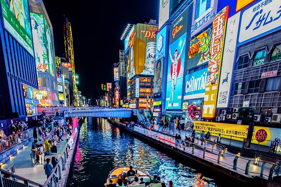 大阪道頓堀のネオンサインが煌めく夜景