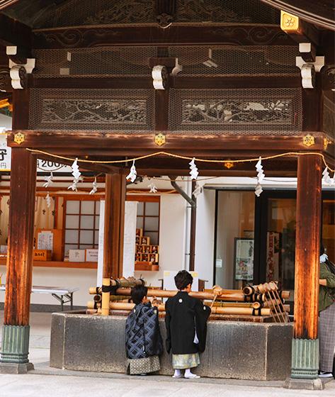 大阪天満宮の手水舎で清める子供