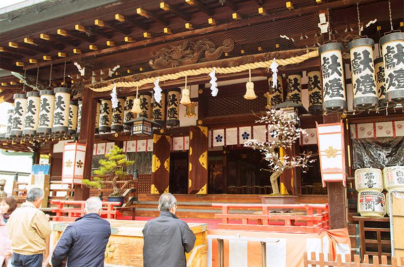 大阪天満宮の御本殿で参拝する人々