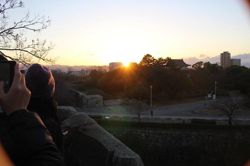 ミライザ大阪城の裏からみた初日の出