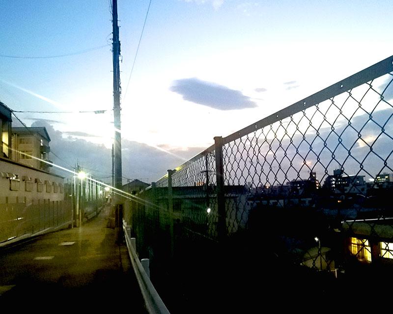 西成の景色が見える道