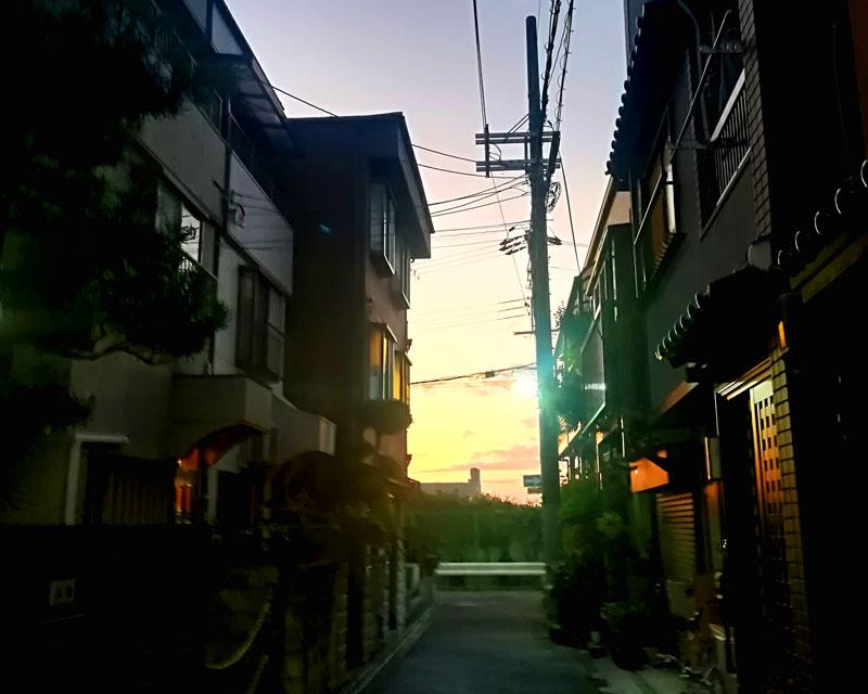 民家の隙間から見える夕焼け