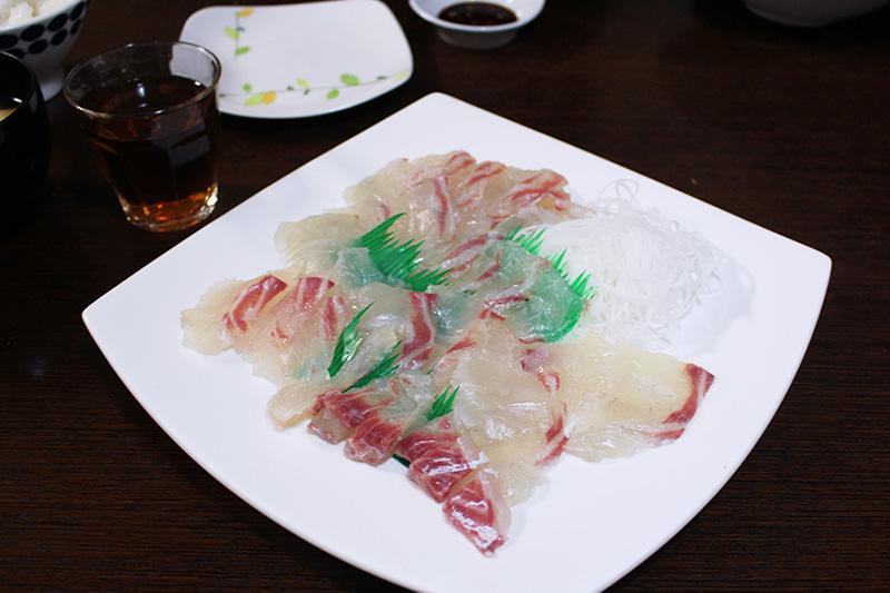 タイの刺身。自分で釣った魚は格別おいしい