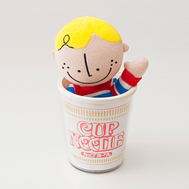 カップヌードルのカップの中に入る大阪ボブ