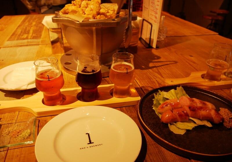 「ONE's BREWERY PUB」のビールと唐揚げ、ソーセージ