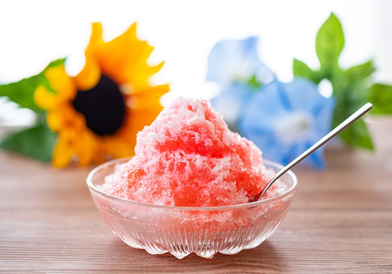 イチゴシロップがかかったかき氷
