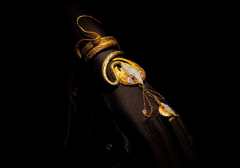 堺ミュシャ芸術博覧会で展示されている宝飾品