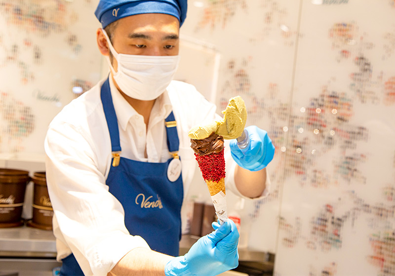 Venchiディアモール大阪店のジェラートを作るスタッフ