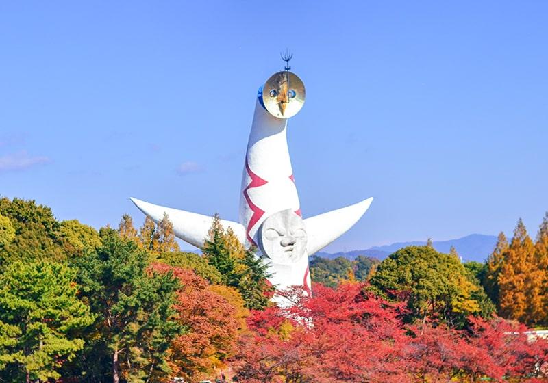 万博記念公園の太陽の塔と紅葉