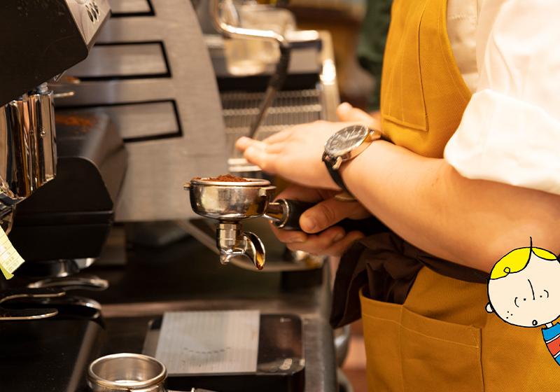 コーヒーを淹れるTASHIRO COFFEE ROASTERSのスタッフ