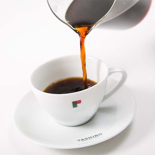 TASHIRO COFFEE ROASTERSのスペシャルティコーヒーを注ぐ様子